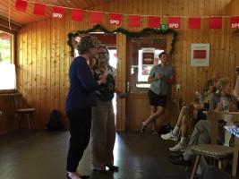 Natascha Kohnen gratuliert Anette Kitzmann-Waterloo zu ihrer Bürgermeisterkandidatur