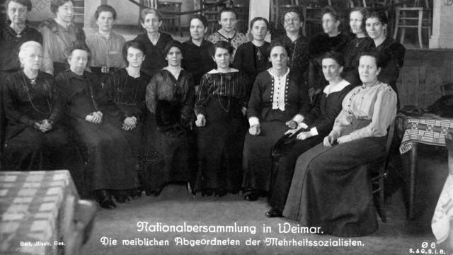 ![SPD Frauen 1919](/image/2/871/658/5/media/static/10_weimar-1919_spd-frauen-6045389a0f1ed.jpg)