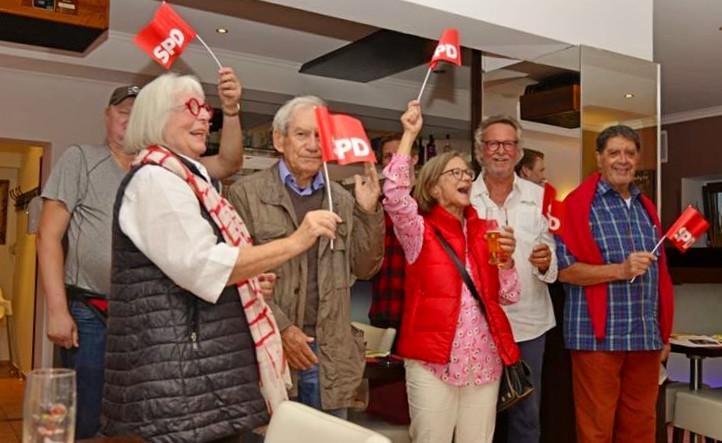 Siegesfeier der Würmtal-SPD, vorne Anette Kitzmann-Waterloo (Bild im MüMerkur)